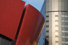 [2012.9.11] 두 색의 대비    색의 대비가 뚜렷한 두 건물을 담은 사진을 준비했습니다.    X-Pro1의 장점 중 하나인 선명한 색이 인상적인데요.     오늘 아침, 여러분들이 바쁜 걸음으로 향하는 건물은 어떤 색인가요?^^    <사진정보>    촬영 모드 - Aperture-Priority Auto   감도 - ISO 200   다이나믹 레인지 - 100%   조리개 - f/2.8   셔터스피드 - 1/2400   초점거리 - 60.0mm   화이트 밸런스 - AUTO   필름 시뮬레이션 - PROVIA    http://blog.naver.com/fujifilm_x/150136745967
