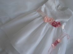 Mädchen Taufkleid einfache und elegante Taufe Kleid für Mädchen Kleid, die breiten Trägern, auf der Rückseite mit Knöpfen, mit Rosen dekoriert ROSE , von Hand gefertigt, von oben nach unten...