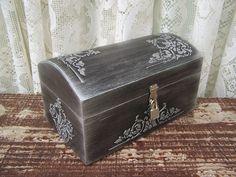 Baú Prateado com textura em relevo e cadeado. Acabamento envelhecido na cor prata. Ideal para guardar objetos ou simplesmente decorar a casa.