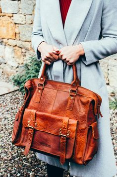 The leather weekender for women is practical and stylish. This weekend bag will hold everything you need. Leather Hobo Bags, Leather Saddle Bags, Leather Handbags, Next Purses, Weekend Bags, Be Natural, Women's Handbags, Womens Purses, Weekender