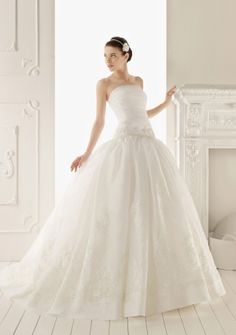 Ball Gown Strapless Court Train in Organza Lace Wedding Dress