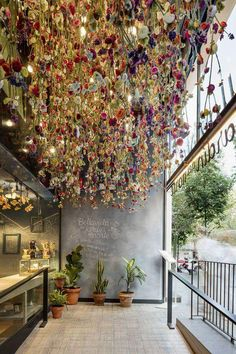 Known for eclectic restaurant designs, Spanish firm marked the entrance of Barcelona eatery Bellavista del Garden del Norte with thousands of hanging flowers. Coffee Shop Interior Design, Coffee Shop Design, Cafe Design, Store Design, Design Shop, Flower Shop Design, House Design, Design Design, Creative Design