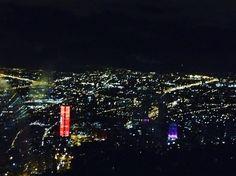 #Bogotá sorprende de noche con esta vista desde el Cerro Monserrate. Disfruta el teleférico de noche! #viveelfdsbogota #ColombiaEsRealismoMagico www.placeok.com