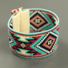 Ce Jemez dans bracelet rouge perle sur métier à tisser a été inspiré par tous les beaux Native et Latin American motifs que je vois autour de moi à Albuquerque, Nouveau-Mexique. Comme avec toutes mes pièces, j'ai créé il sur un métier à tisser de perle avec grand soin et attention aux détails.  Remarque importante : Ce bracelet mesure environ 7 de long. Veuillez mesurer votre poignet soigneusement avant le placement de lordre, afin dassurer un bon ajustement. Si 7 nest pas la bonne taille…