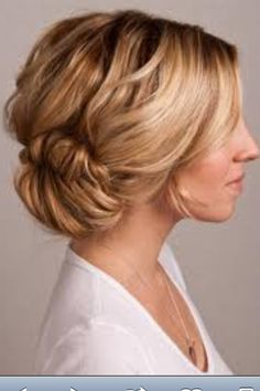 I love the wavy hair look of this chignon. Casual elegance!