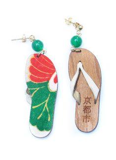 Orecchini in legno, seta di antichi kimono montati con elementi in ottone galvanizzato. Misura piccola 7,5 cm di lunghezza