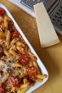 Pasta met tonijn, kerstomaatjes en rode pesto. Ik zou er nog olijven, aubergine of champignons bij doen, en verse basilicum.