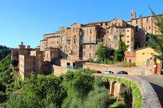 Il retro del Complesso del Santa Maria della Scala ed il Fosso di Sant'Ansano. Foto del Tesoro di Siena