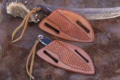 Bildergebnis für how to make a leather crossdraw knife sheath Knife Holster, Belt Knife, Custom Leather Holsters, Leather Kits, Leather Knife Sheath Pattern, Leather Pattern, Knife Sheath Making, Knife Making, Axe Sheath