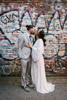 Chic Central Park Bride and Groom - graffiti background Wedding Themes, Diy Wedding, Wedding Styles, Simple Weddings, Real Weddings, Ikea Flowers, Budget Wedding Inspiration, Cake Table Decorations, White Tulips