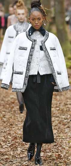 Chanel F/W '18. Women's Runway Fashion, Chanel Fashion, Couture Fashion, High Fashion, Fashion Show, Womens Fashion, Fashion Trends, Chanel Style Jacket, Chanel Dress
