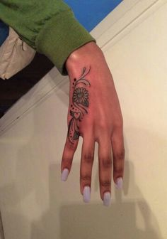 Pretty henna tattoos for women along the pinky finger. Tattoos 3d, Cute Hand Tattoos, Hand Tattoos For Women, Hand Tats, Dope Tattoos, Girly Tattoos, Pretty Tattoos, Beautiful Tattoos, Body Art Tattoos