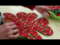 TUTORIAL BASICO Nº 3 DE PATCHWORK FALSA CATEDRAL CAMINO DE MESA NAVIDAD - YouTube Tutorial Patchwork, Backpack Pattern, Quilt Sizes, Sewing Class, Patchwork Bags, Patch Quilt, Table Toppers, Machine Quilting, Quilt Making