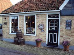 Vergeet niet nog wat tijd vrij te houden om even lekker te shoppen op Texel.Ook in de andere dorpen zijn bijzondere kwaliteitsproducten te koop. Ga bijvoorbeeld eens langs bij Wijnhuis Oosterend. Het 350 jaar oude pand met grote wijnkelder is bijna een museum.
