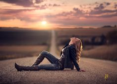 Photo Nebraska Girl by Jake Olson Studios on senior pics Senior Girl Photography, Portrait Photography Poses, Photography Poses Women, Senior Portraits, Country Girl Photography, Sweet Sixteen Photography, Western Photography, Road Photography, Outdoor Portraits