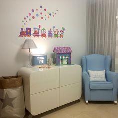 ¡Qué rinconcito tan encantador ha creado Isa para su bebé! La cómoda cambiador KURVE de Alondra es ideal para completa la habitación infantil del bebé ¡Un espacio único para crecer entre sonrisas!