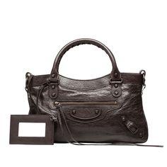 Bolso pequeño de piel de cordero para llevar en la mano o al hombro con acabados clásicos