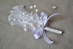 Aby ste mohli vytvoriť takéto svadobné pierko, nemusíte mať nutne po ruke vhodnú hydinu . Perie (nielen v bielej farbe) môžete kúpiť v rôznych kreatívnych potrebách alebo floristických obchodoch.Potrebujeme: vhodné perá z hydiny, drobné kvietky alebo korálky na drôtiku, floristickú pásku, striebornú ozdobnú stuhu, bielu tenkú mašličku, drobnú ozdobu, vhodné lepidlo. Ceiling Fan, Brooch, Jewelry, Home Decor, Windmill Ceiling Fan, Jewlery, Decoration Home, Bijoux, Room Decor