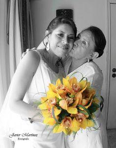 Ramo de orquídeas en color ocre ideal para tu boda en playa por Bodas Huatulco