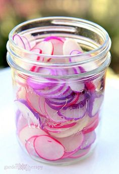 Even spicy radishes turn mild. The radishes will turn pink. They r delish on sandwiches or tacos! - Laurel Recipe for Pickled Easter Egg (pink purple red) Radishes (via Garden Therapy) Canning Pickles, Pickles Recipe, Radish Pickle Recipe, Radish Recipes, Home Canning, Canning 101, Canning Jars, Think Food, Fermented Foods