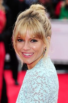 Sienna Miller added a splash of A-list glamour to the 2013 TV Baftas on Sunday night - arriving in a beautiful leaf-print powder-blue fit-and-flare Matthew Williamson dress. Fringe Hairstyles, Hairstyles With Bangs, Cool Hairstyles, Fringe Hair Bangs, Choppy Fringe, Hairstyles 2018, Sienna Miller Bangs, Thin Bangs, Perfect Bangs