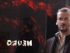 Sebastian Böhm vor der Glasscheibe der Galerie, die als Schwarzspiegel fungiert und spiegelverkehrt den Titel der Ausstellung wiedergibt. TV-Foto: Eva-Maria Reuther
