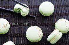 Macarons de wasabi con sesamo rellenos de ganache de chocolate blanco