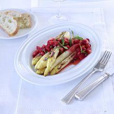 Karamellisierter Spargel mit Erdbeeren und grünem Pfeffer Rezept