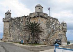 Vigilando la entrada de la bahía se encuentra el Torreón de Cojimar, una antigua fortaleza construida por los españoles en 1649 a 22 kilómetros de La Habana, como parte del sistema defensivo de la ciudad y actualmente utilizado por la Guardia Costera Cubana.