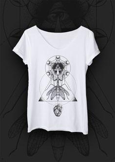 T-shirt MANTIS. T-shirt o luźnym i prostym fasonie uszyty z najwyższej jakości bawełny, z surowo ciętymi brzegami. Motywem przewodnim jest modliszka - drapieżny i piękny owad symbolizujący silne, nowoczesne i pewne siebie kobiety. Każda grafika ma swój niepowtarzalny klimat i opowiada inną historię #MODLISHKA