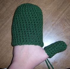 Easy Crochet Mittens - Hmmm - this is an interesting technique and very easy...one commenter on the post said she made 10 pair in one weekend....