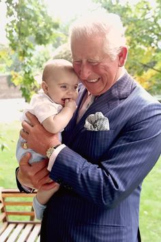 Get a Closer Look at Prince Charles and Louis& Adorable Bond in These New Royal Portraits It's not even Christmas yet, but the royal gifts just keep coming! After the British royal family released a series of new photos for Prince Charles's Prince William Et Kate, Prince Harry Et Meghan, Prince Georges, Royal Family Portrait, Family Portraits, Royal Prince, Prince Of Wales, Baby Prince, George Of Cambridge