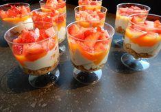 Trifle met mascarpone, griekse yoghurt, spritskoeken, aardbei en mango. toetje in een glas recept