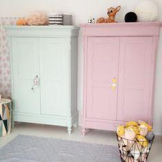 conforama armoire enfant de couleur rose pale et un autre de couleur bleu pale