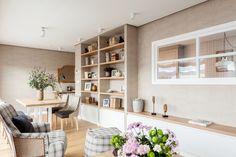 """Este proyecto es un claro ejemplo de la expresión """"a medida"""". En el salón, la mesa, las tapicerías y los apliques están diseñados con las mismas tonalidades. La librería es una mezcla de mueble de carpintería y de obra que se adapta perfectamente a gustos y funcionalidad de los propietarios. Decoración interiorismo en Vizcaya. Salons, Bookcase, Ideas Baratas, Shelves, Living Room, The Originals, Grafiti, Home Decor, Glass Walls"""