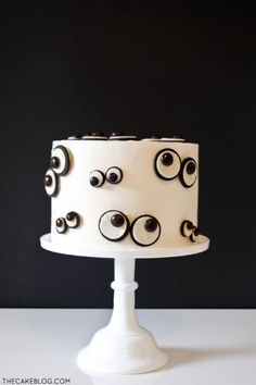 I am loving this simply designed, easy to make Halloween dessert! This DIY Monster Eye Cake recipe can bring your Halloween party to the next level with just a few cookies and candies. Halloween Desserts, Halloween Cupcakes, Comida De Halloween Ideas, Spooky Halloween Cakes, Pasteles Halloween, Bolo Halloween, Halloween Party, Halloween Decorations, Halloween Birthday Cakes