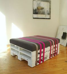 Pallet ottoman so going to try this, I am thinking of making 2 so they can be used a extra seating when guest are here. ♥ Pinterest!!