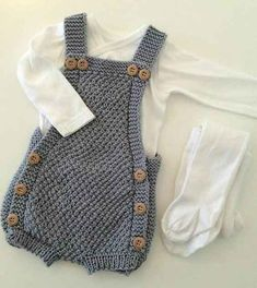 Gestrickte Baby-Strampler-Modelle – Happy Ornament Home – Kostenlose Geburt … - Babykleidung Knit Baby Dress, Knitted Baby Clothes, Knitted Baby Romper, Baby Overalls, Baby Jumpsuit, Diy Romper, Baby Boy Knitting Patterns, Free Knitting, Pull Bebe