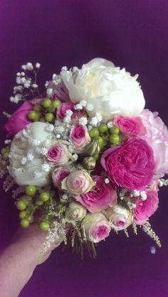 Ramo de novia con peonia y rosas mimi eden y el toque especial que añade el hipericum verde y el astilbe, romantico y a la vez juvenil por sus colores..