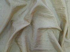 Hightech (Nude). Tecido leve, com brilho acetinado, superfície com suave efeito de amassado. Ideal para looks festa.  Sugestão para confeccionar: vestidos de festa, saias, blusas, entre outros.