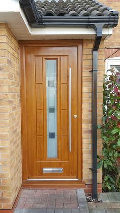 A beautiful Irish Oak Vermont, finished off with Grey Shades glass and an inline bar handle. Fitted by St Helens Windows. Single Door Design, Main Door Design, Oak Front Door, Back Doors, Wooden Glass Door, Composite Door, Front Entrances, Light Oak, Single Doors