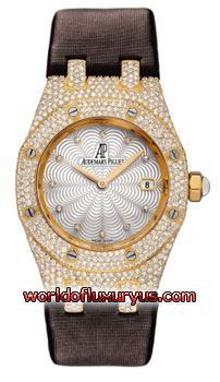 67605BA.ZZ.D080SU.01 - From the famous Royal Oak collection with the immediately recognizable hexagon design bezel secured by 8 steel screws. 18kt Yellow Gold case with polished bevel edges. Pave diamond set case & bezel. - See more at: http://www.worldofluxuryus.com/watches/Audemars-Piguet/Discontinued-Models/67605BA.ZZ.D080SU.01/62_785_3147.php#sthash.QbcP389I.dpuf