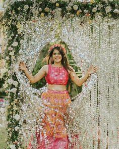 (C) manthan_sarvasvaphotography | Mehendi look for brides | Mehendi bride | #wittyvows #bridesofwittyvows #mehendilook #mehendibride #mehendioutfit #weddingdiaries #indianwedding #wednesdaypost Indian Wedding Planning, Wedding Planning Websites, Mandap Design, Backyard Bridal Showers, Mehendi Outfits, Mehndi Ceremony, Mehndi Decor, Offbeat Bride, Lehenga Designs