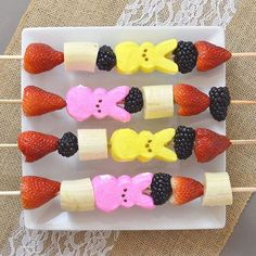 If you are looking for a fun snack this weekend, make fruit & PEEPS kabobs! 🌷❤️🐰 #mommyscene