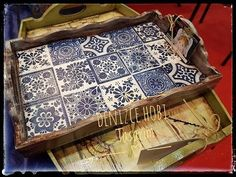 Tela transfer uygulamalı tepsi - is-sit tiegħi Hobbies And Crafts, Diy And Crafts, Arts And Crafts, Painted Trays, Hand Painted, Clocks Inspiration, Stencil, Wooden Painting, Serving Tray Wood