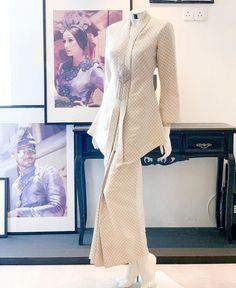 Kebaya Modern Dress, Kebaya Dress, Muslim Fashion, Hijab Fashion, Fashion Outfits, Beautiful Gown Designs, Bridesmaid Dresses Online, Oriental Fashion, Types Of Dresses