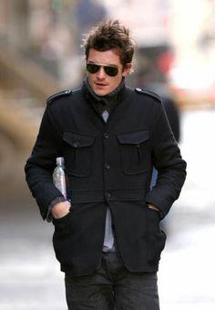 短めなトレンチコートを着ているオーランド・ブルーム