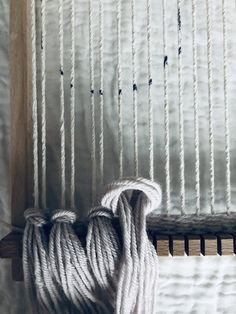 Wall Hanging Textile Weaving Looms 48 Ideas – Awesome Knitting Ideas and Newest Knitting Models Weaving Loom Diy, Weaving Art, Tapestry Weaving, Hand Weaving, Weaving Wall Hanging, Diy Hanging, Weaving Projects, Macrame Projects, Macrame Tutorial