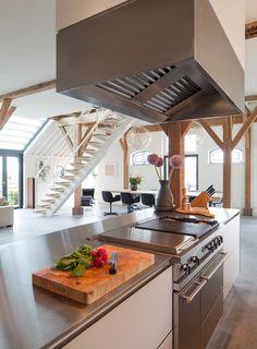 Kitchen. Renovation monumental farmhouse. Architecture and interior design by Heyligers d+p. Keuken. Renovatie Rijksmonumentale boerderij. Totaalontwerp (incl interieur) door Heyligers d+p. www.h-dp.nl/en/