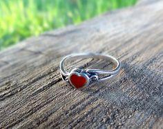 Anillo de plata con corazón rojo